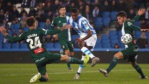 Isak conecta el disparo que supuso el 2-0 para la Real Sociedad.