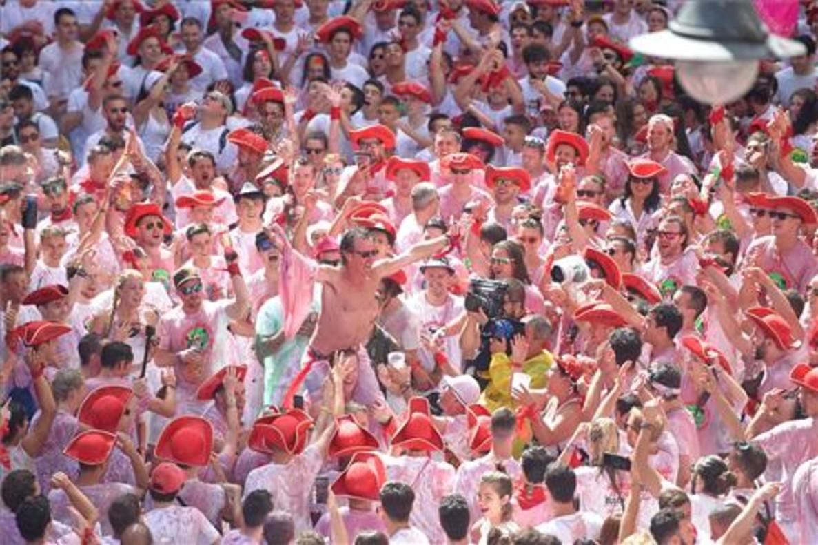 Con el chupinazo Pamplona pasa de la reivindicación a la fiesta