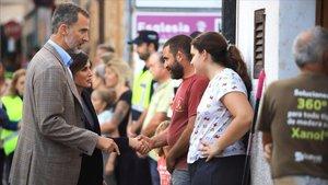 Los Reyes Felipe yLetizia saludan a los vecinos afectados de Sant Llorenç des Cardassar