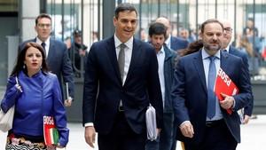El Secretario General del PSOE, Pedro Sánchez, acompañado por miembros del grupo socialista a su llegada al Congreso.