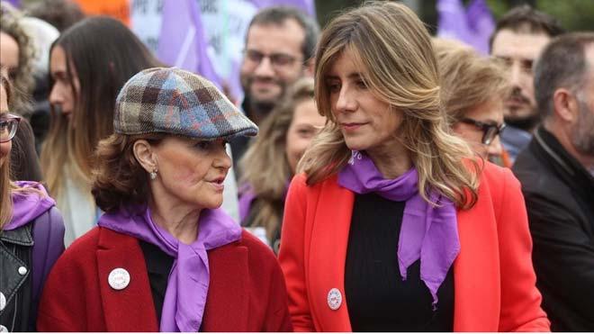 Un segundo informe forense del 8-M reprocha que faltó autoprotección. En la foto,Begoña Gómez, con Carmen Calvo en la manifestación del 8-M en Madrid.