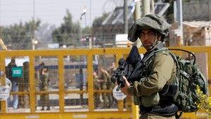 Un soldado israelí patrulla en un paso fronterizo.