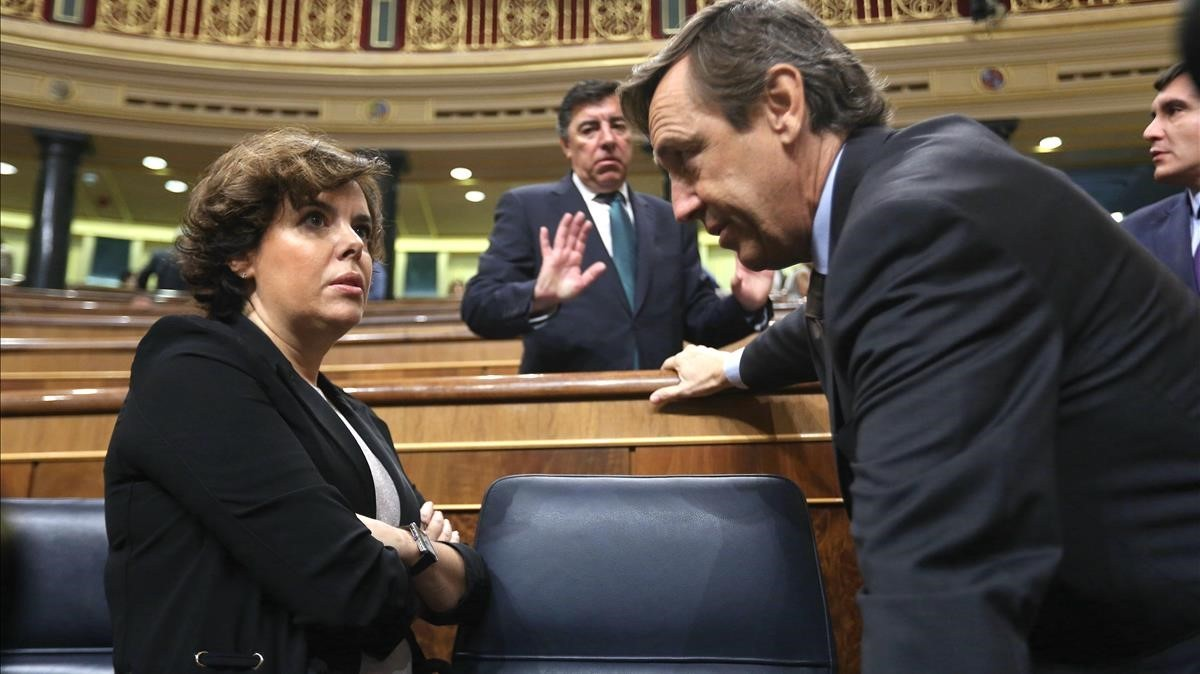 Soraya Sáenz de Santamaría conversa con Rafael Hernando.