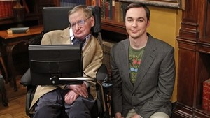 Stephen Hawking con Jim Parsons, el actor que encarna a Sheldon Cooper, juntos en el plató de The Big Band Theory, en el 2012.