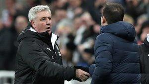 Steve Bruce, técnico del Newcastle, saluda a Frank Lampard, del Chelsea.