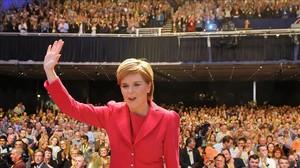 Sturgeon saluda tras su discurso en la conferencia anual del SNP, en Glasgow.