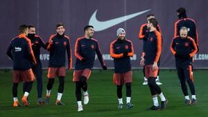 Suárez, Messi, Piqué e Iniesta, entre otros, en el último entrenamiento del Barça antes de ir a Valencia.