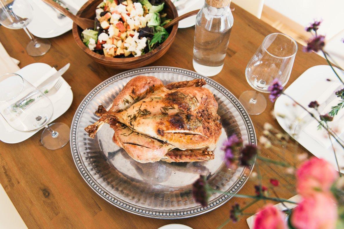 Los precios de los alimentos suben en Navidad, según la OCU. Percebes, angulas, ostras, piña y besugo son los productos que más se encarecen.