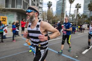 Un participante aprieta los dientes, en pleno esfuerzo, durante el maratón de Barcelona.