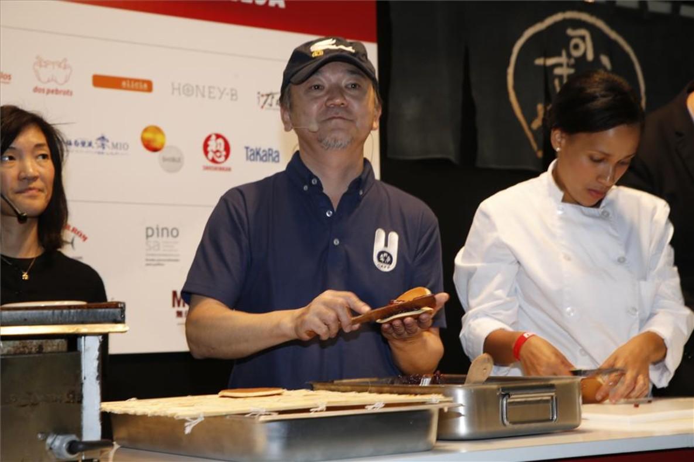 Takuya Taniguchi, de la pastelería Usagiya de Tokio, en el Salón del Manga haciendo dorayakis.