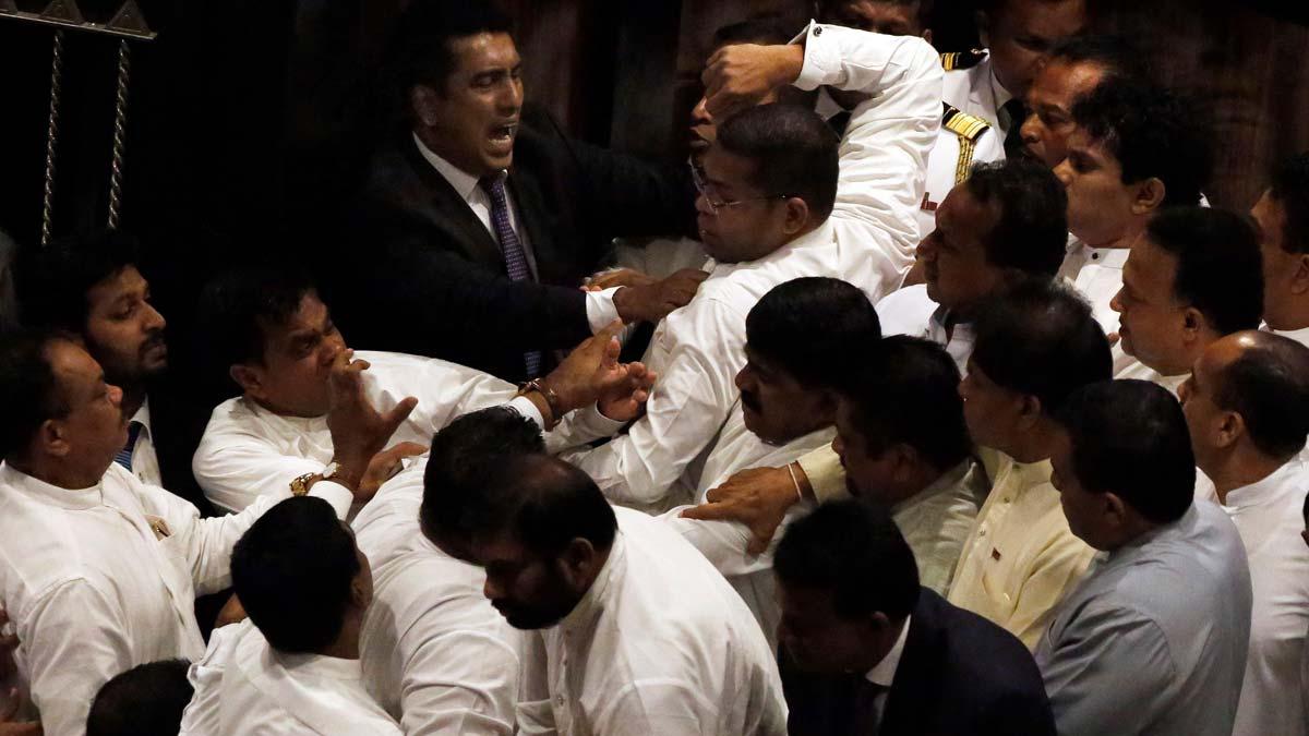 La tensión estalla en el Parlamento de Sri Lanka con peleas entre los diputados opositores.