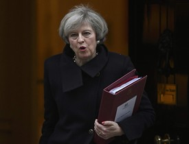 La primera ministra, Theresa May, sale de Downing Street.
