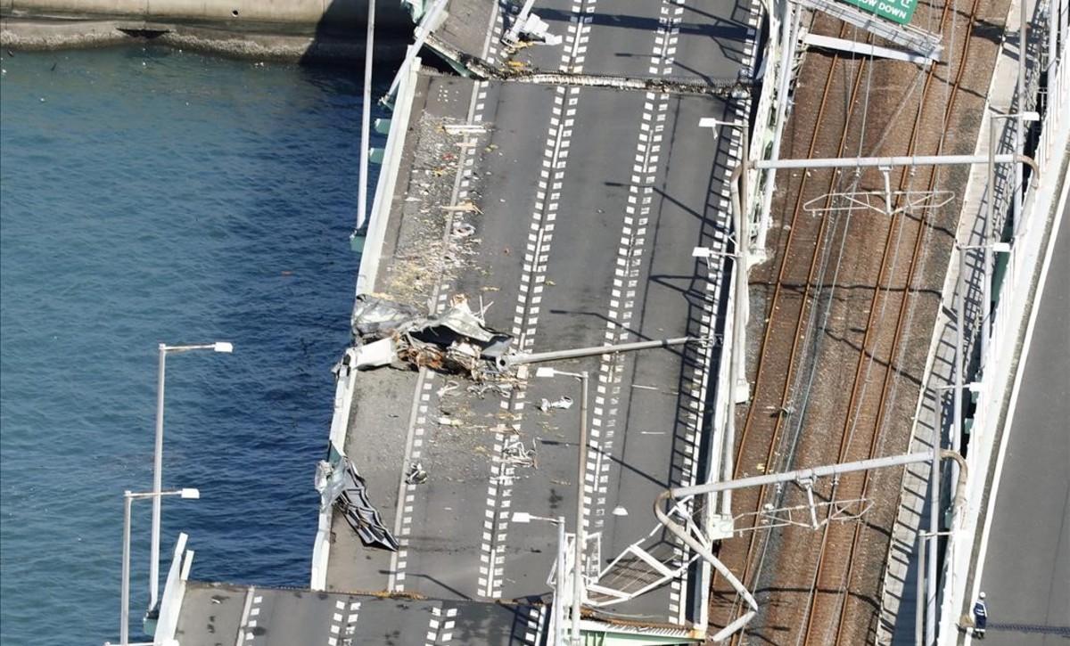 El puente que conecta el aeropuerto de Kansai, dañado tras el paso del tifón.