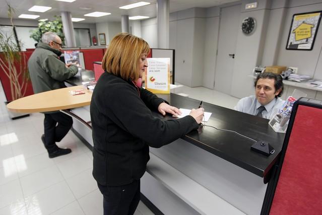 Trámites en una oficina bancaria.