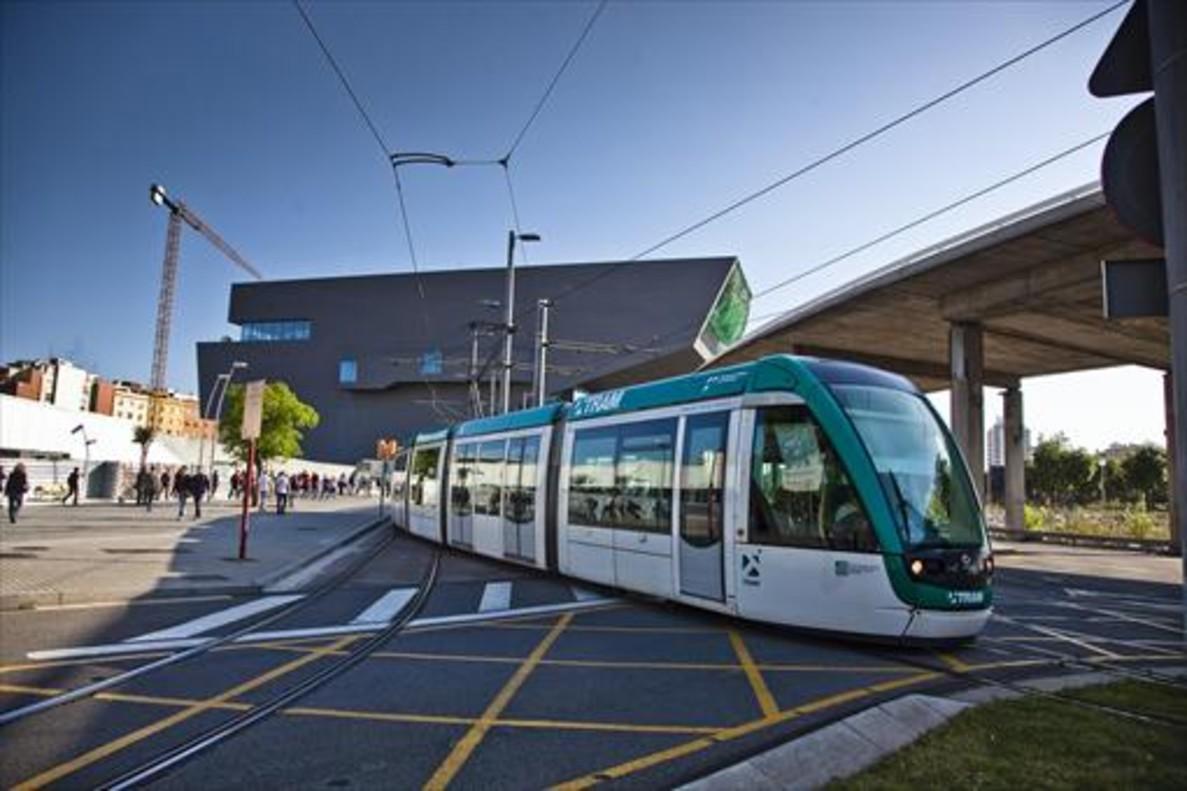 Un tranvía a su paso por la plaza de las Glòries.