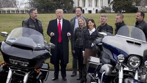 Trump con representantes de Harley-Davidson el año pasado.