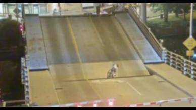 Vídeo Viral: una ciclista sobrevive de milagro al cruzar un puente en elevación