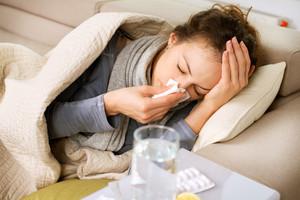 Una mujercon síntomas de gripe.