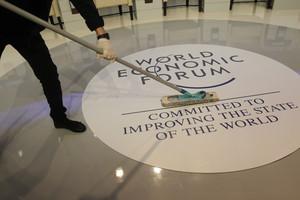 Una mujer limpia el recinto donde tendrá lugar el Foro de Davos, este miércoles.