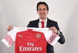 Unai Emery posa con la camiseta del Arsenal en el día de su presentación.