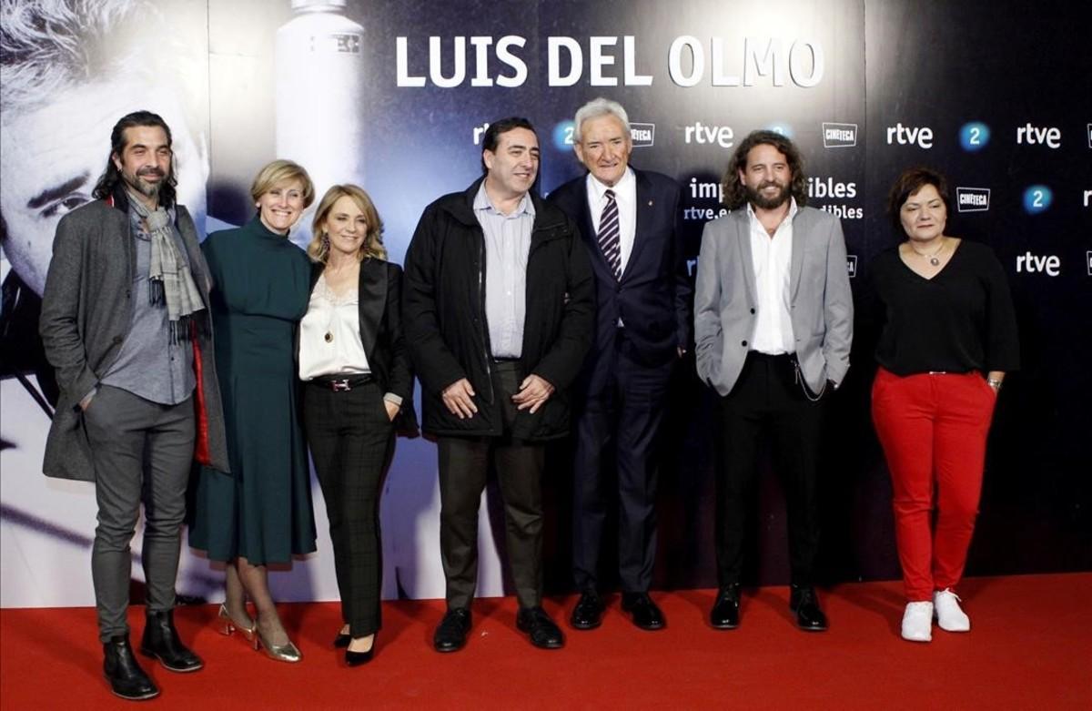 Luis del Olmo, con el equipo de TVE que ha elaborado 'Luis del Olmo. Protagonista'.