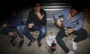 Unos jóvenes hacen botellón en los alrededores de una discoteca de Mataró.