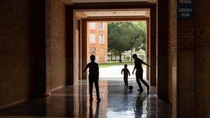 Unos niños juegan a fútbol en una zona privada de una comunidad de vecinos de Barcelona, este miércoles.