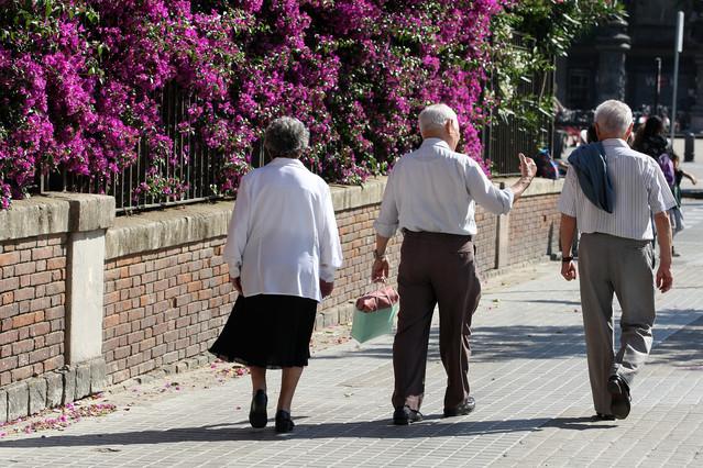 Unos pensionistas caminan por el paseo de Sant Joan de Barcelona.