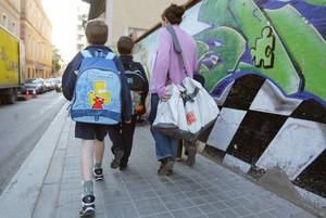 Uns nens entren en una escola de Badalona, en una imatge d'arxiu.