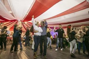 Varias parejas bailan en el interior de una de las casetas de la Feria de Abril, en la edición del 2015.