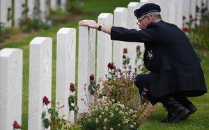 Un veterano visita el Cementerio de la Commonwealth con motivo de las celebraciones del 75º aniversario del desembarco de Normandía.