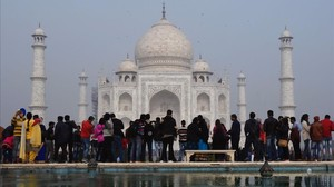 Visitantes ante el monumento Taj Majal, en India.