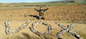 Un caçador escriu 'Vox' amb conills morts i indigna els animalistes