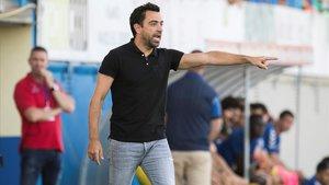 Xavi da instrucciones desde la banda a sus jugadores del Al-Sadd en Palamós.
