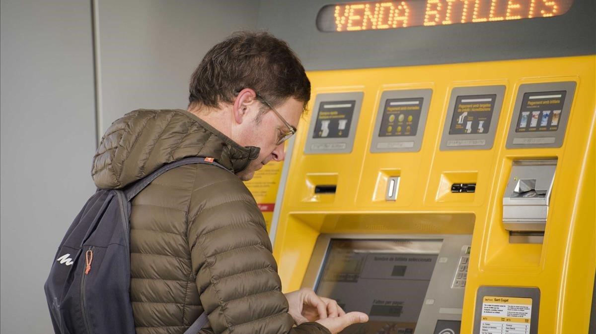 Un usuario compra un billete de transporte en la estación de Ferrocarrils de la Generalitat en Sant Cugat del Vallès.