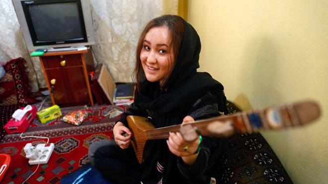 Zahra Elham, ganadora del American Idol afgano, defiende sus derechos ante los talibanes.