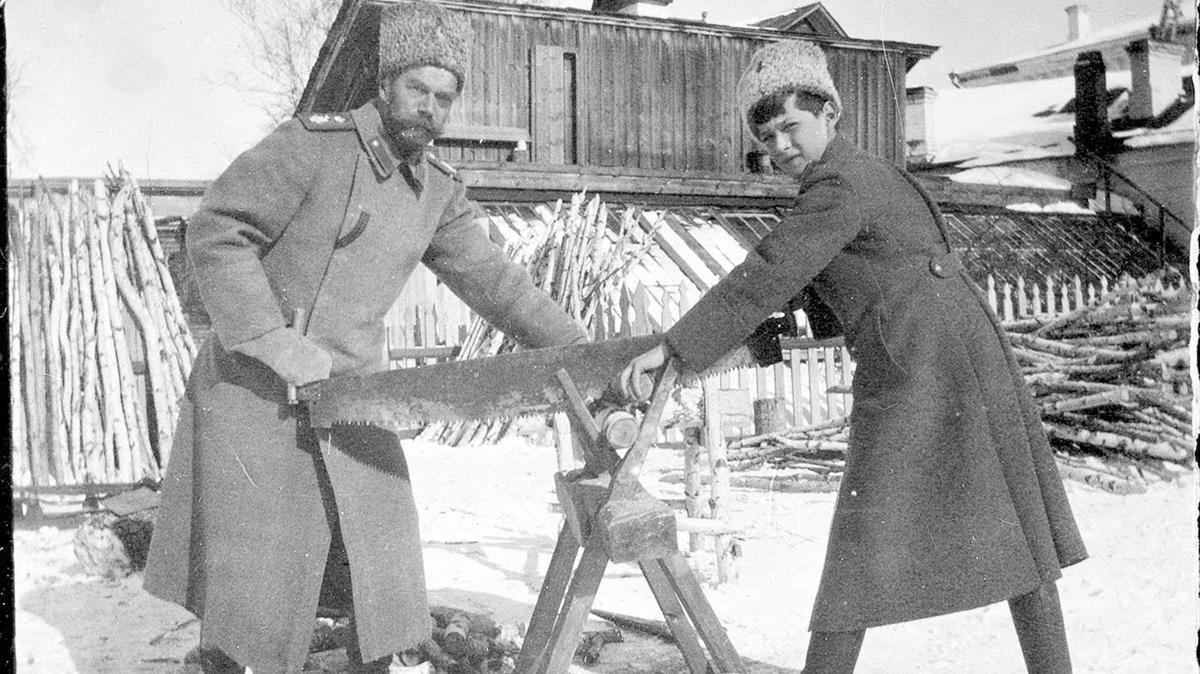 El zar y su hijo Alekséi, serrando troncos en Tobolsk.
