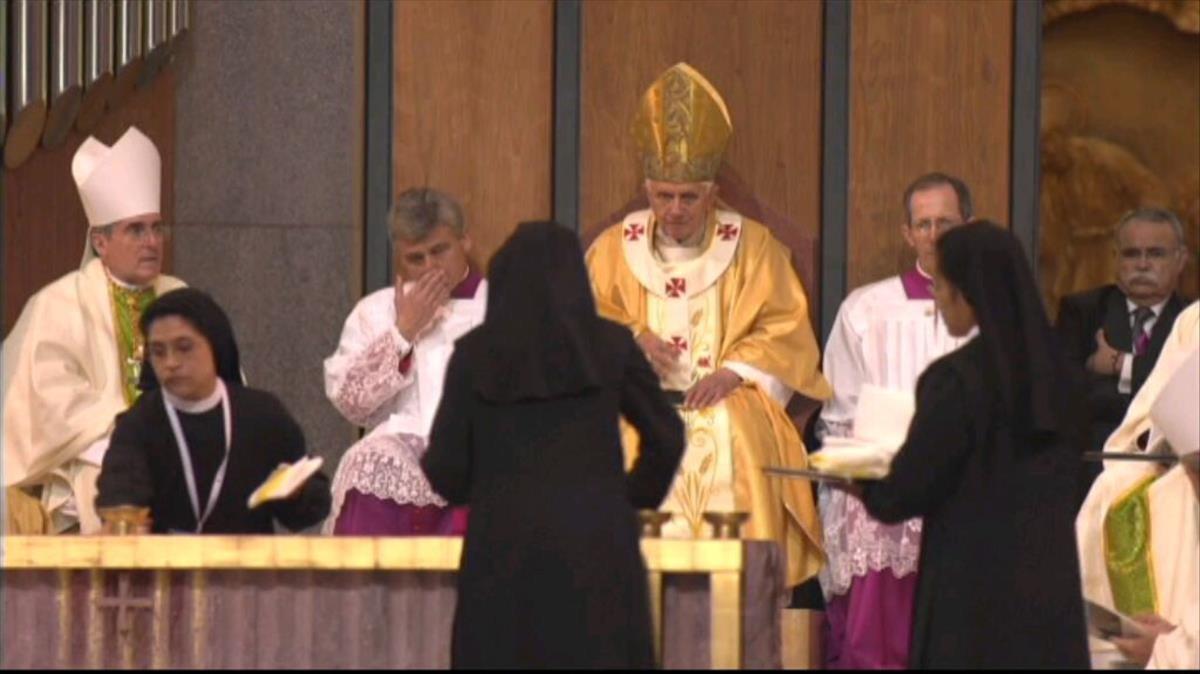 Unas monjas limpian el aceite derramado por el Papa en el altar de la Sagrada Família, en febrero del 2010.
