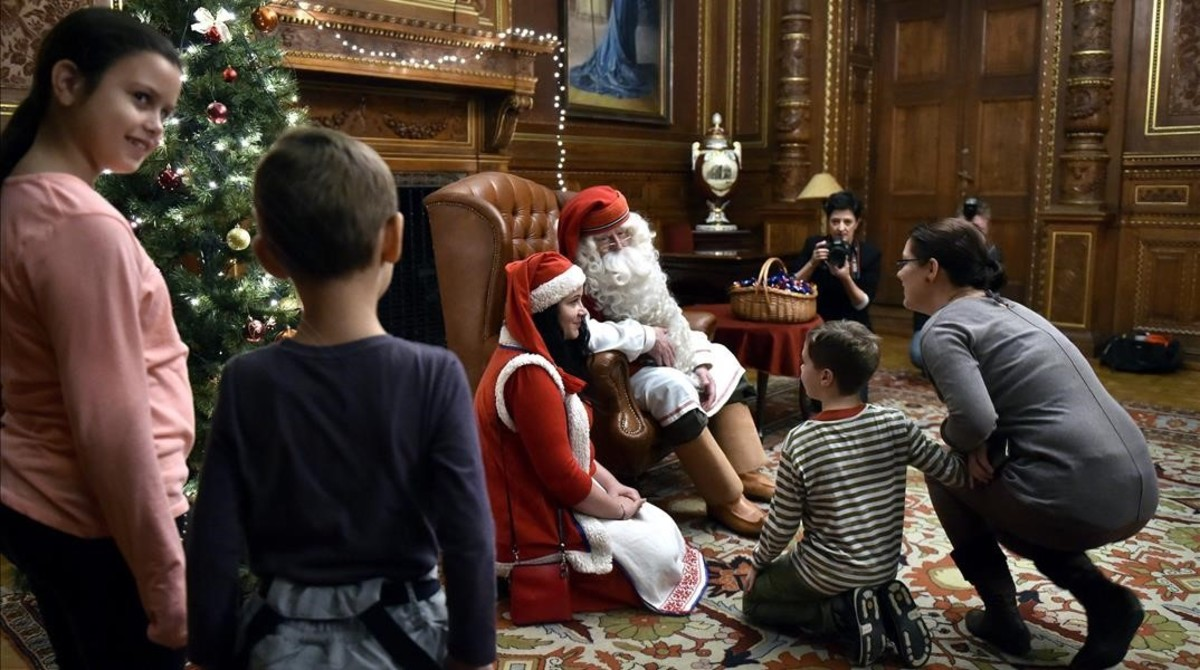 Un Papá Noel al uso, con su barba blanca y larga y su aspecto envejecido.