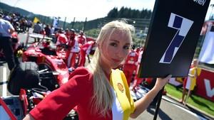 Una azafata en el Gran Premio de Fórmula Uno de Bélgica, en el circuito de Spa, en el 2015.