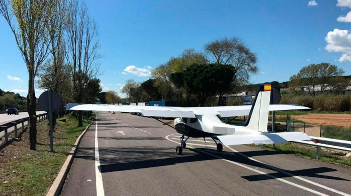 La avioneta, en uno de los carriles de salida de la autopista AP-7 en dirección a unárea de descanso, a la altura de Cardedeu.