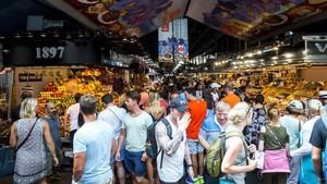 Barceloneses y turistas llena la Rambla, dos días después del atentado.