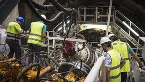 Trabajos de la tuneladora que el miércoles empezó a perforar en El Prat el túnel que llegará hasta la T-1.