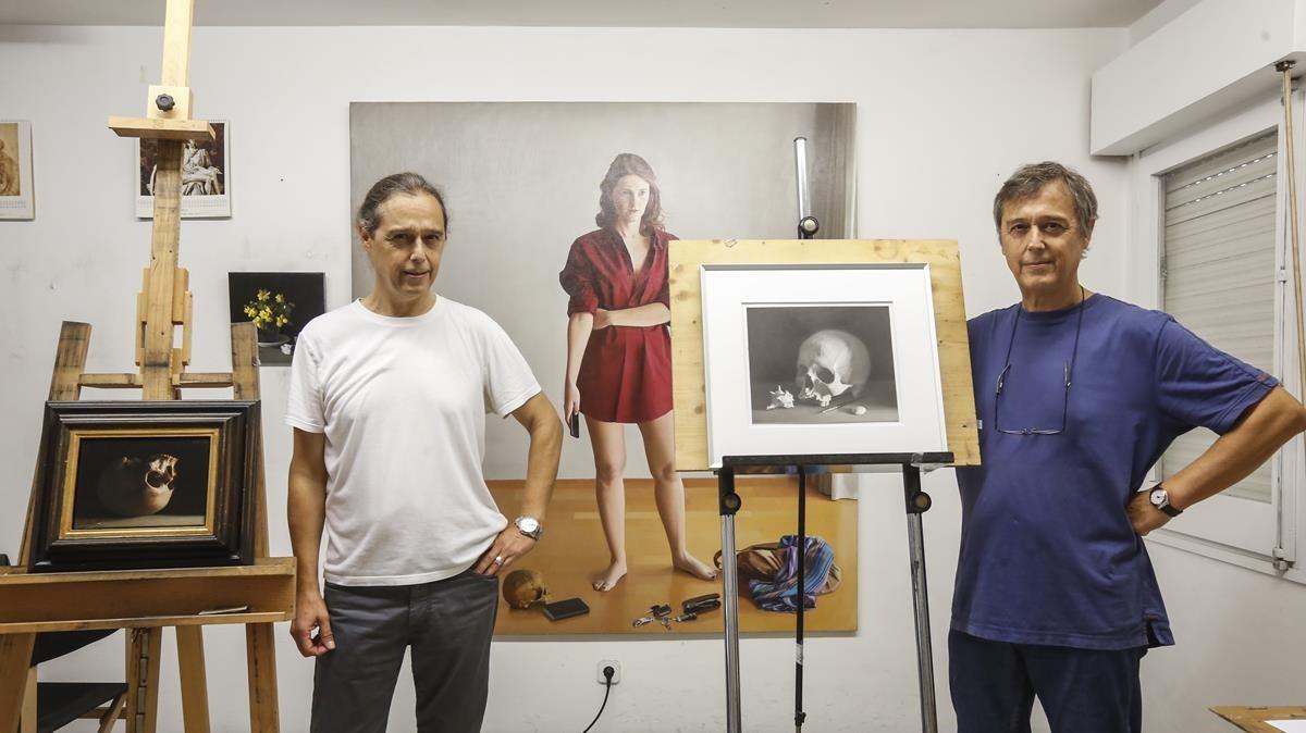 Josep y PereSantilari, en su estudio de Montgat, con sendas 'vanitas', una naturaleza muerta del barroco a la que han dado una vuelta de tuerca.