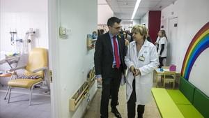 David Elvira y Luisa García-Esteve en el nuevo hospital de día.
