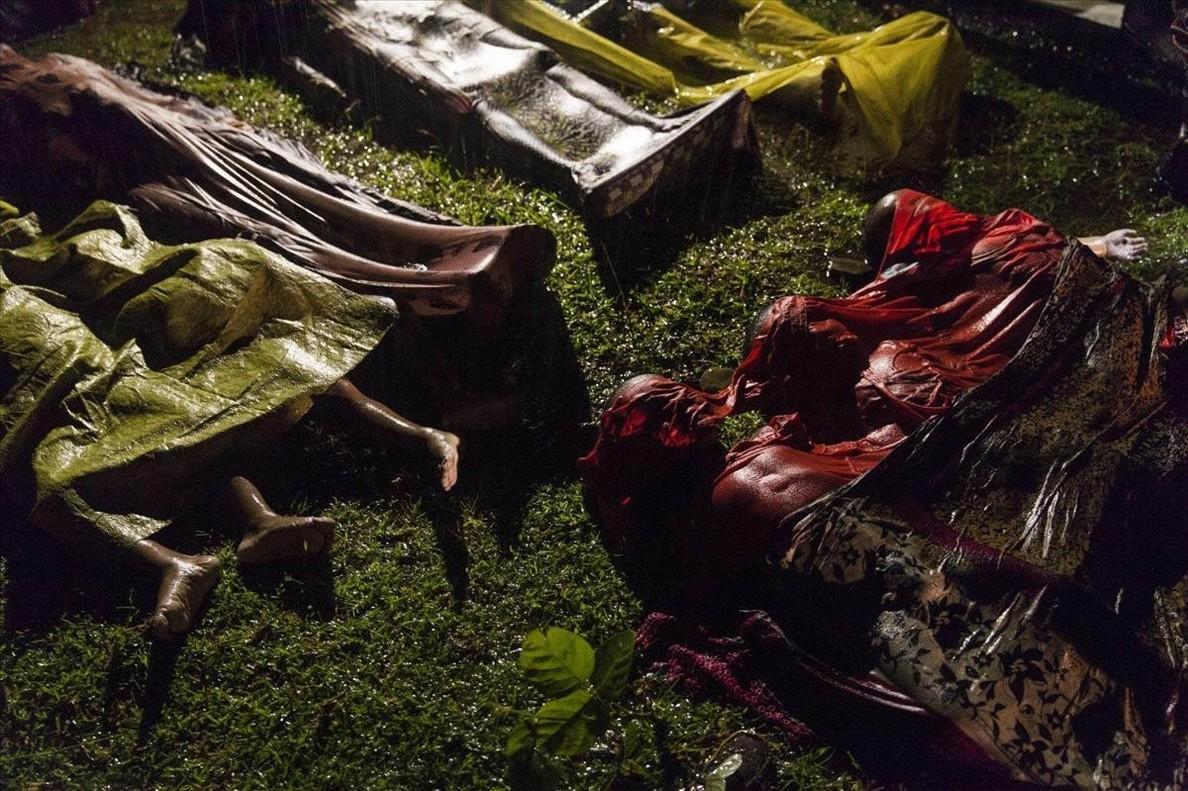 Cuerpos de refugiados rohingyas, después de que el barco con el que se disponían a huir de Myanmar se hundiera cerca de la costa deBangladés.
