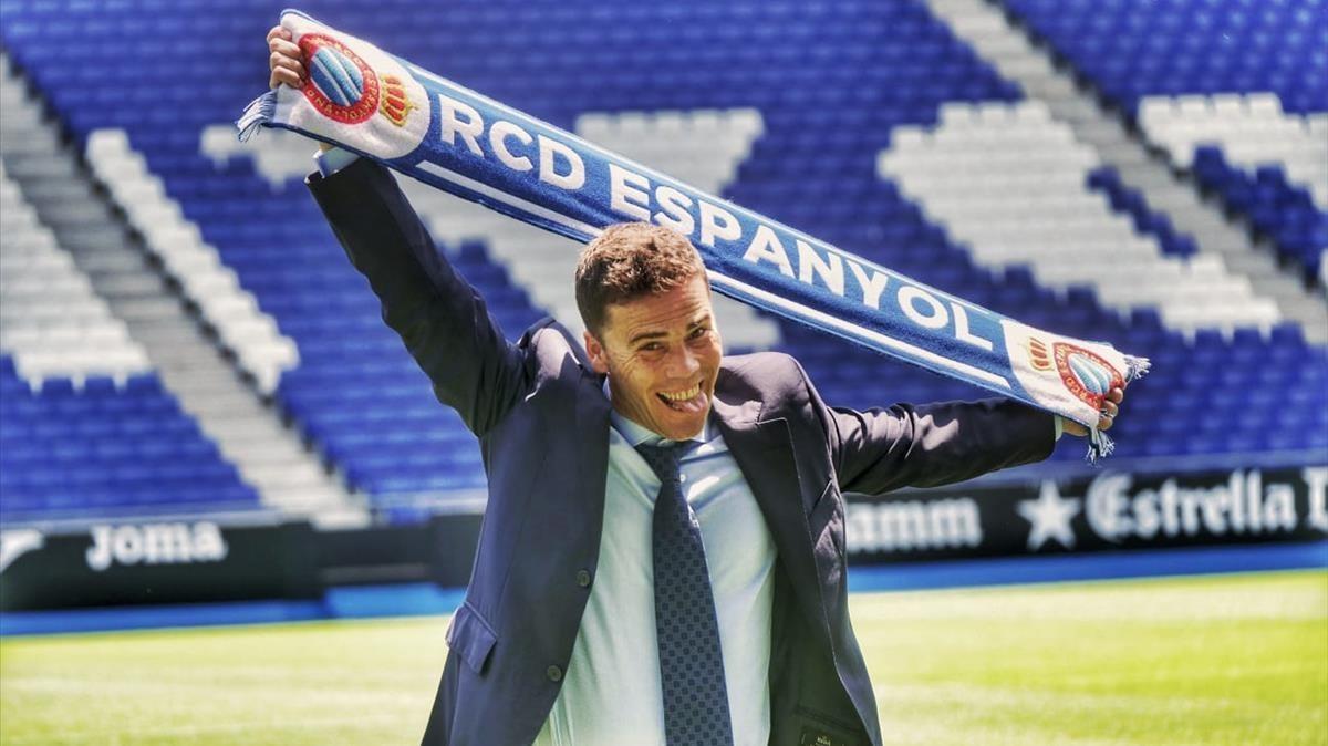 Rubi luce la bufanda del Espanyol en el RCDE Stadium tras su presentación como nuevo técnico perico.