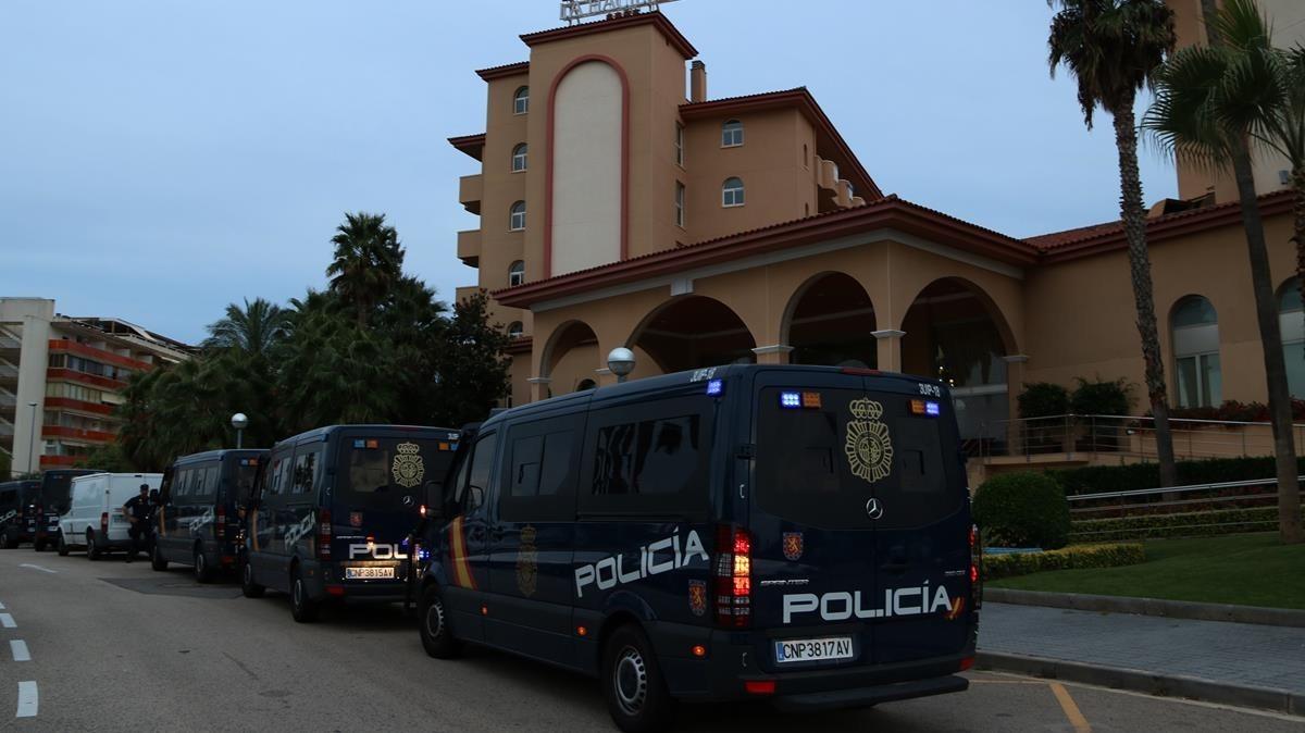 Furgonetas de la Policía Nacional frente a un hotel de Pineda, en septiembre del 2017.