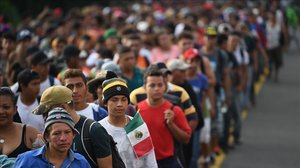 Inmigrantes hondureños, en la carretera que une las localidades mexicanas de Ciudad Hidalgo y Tapachula, el 21 de octubre del 2018.