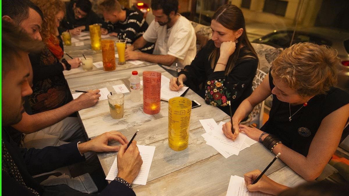 Yulia y Ania (en la foto, las dos de la derecha) conducen una edición mexicana de 'Vino y Prosa' en Zero 20. Este jueves harán una sesión en inglés en el Pub Limerick. Suelen hacer al menos unaal mes.